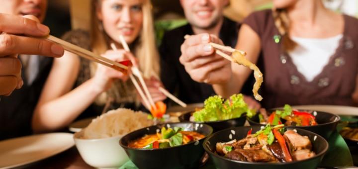 Genießen Sie den Abend mit Freunden und gesunden Gerichten vom Lieferdienst
